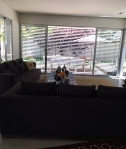 Luxurious 3 floors house near TA (sleeps 4-10) - Ramat Hasharon - Wohnung