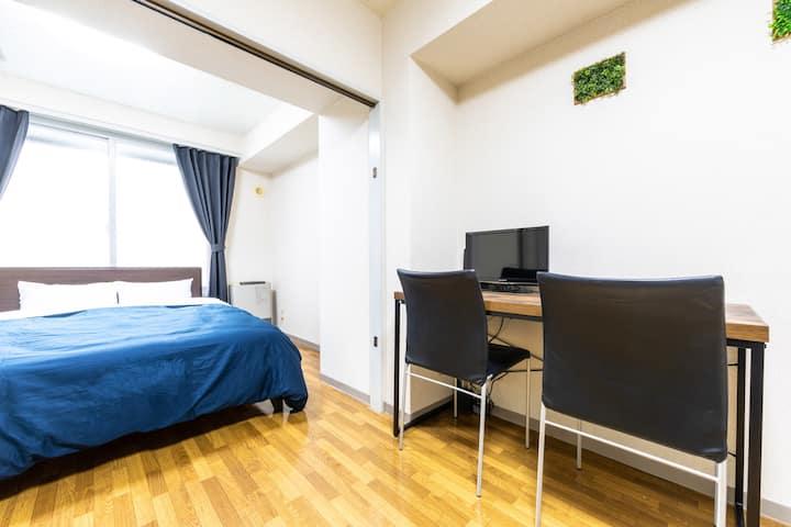 603号室、1DK、ダブルベッド1台、布団1枚。地下鉄東豊線大通駅徒歩5分、JR札幌駅徒歩10分