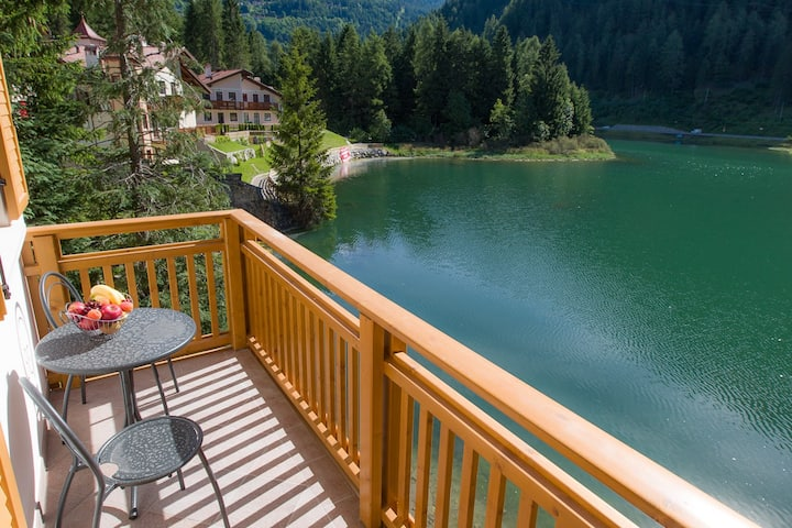 Your holiday on lake Alleghe