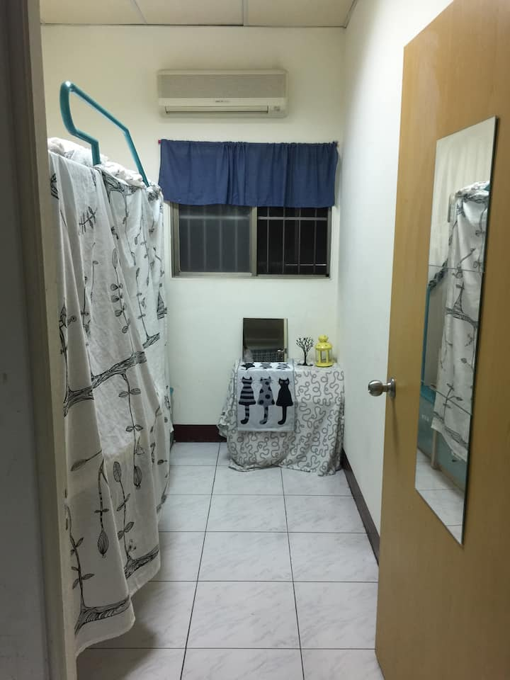 single room (MRT-Xin zhuang 1 exit  3 Mins)