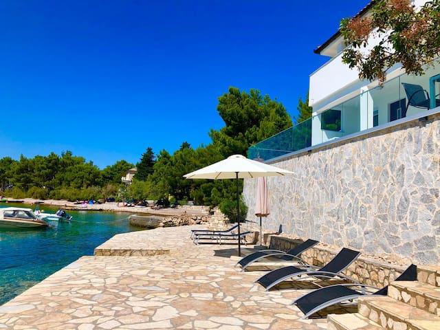Dom s pogledom na more i sa privatnom plazom!