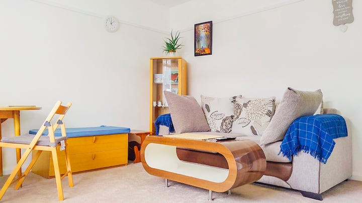 Tranquil 2 bed home with garden, close to London