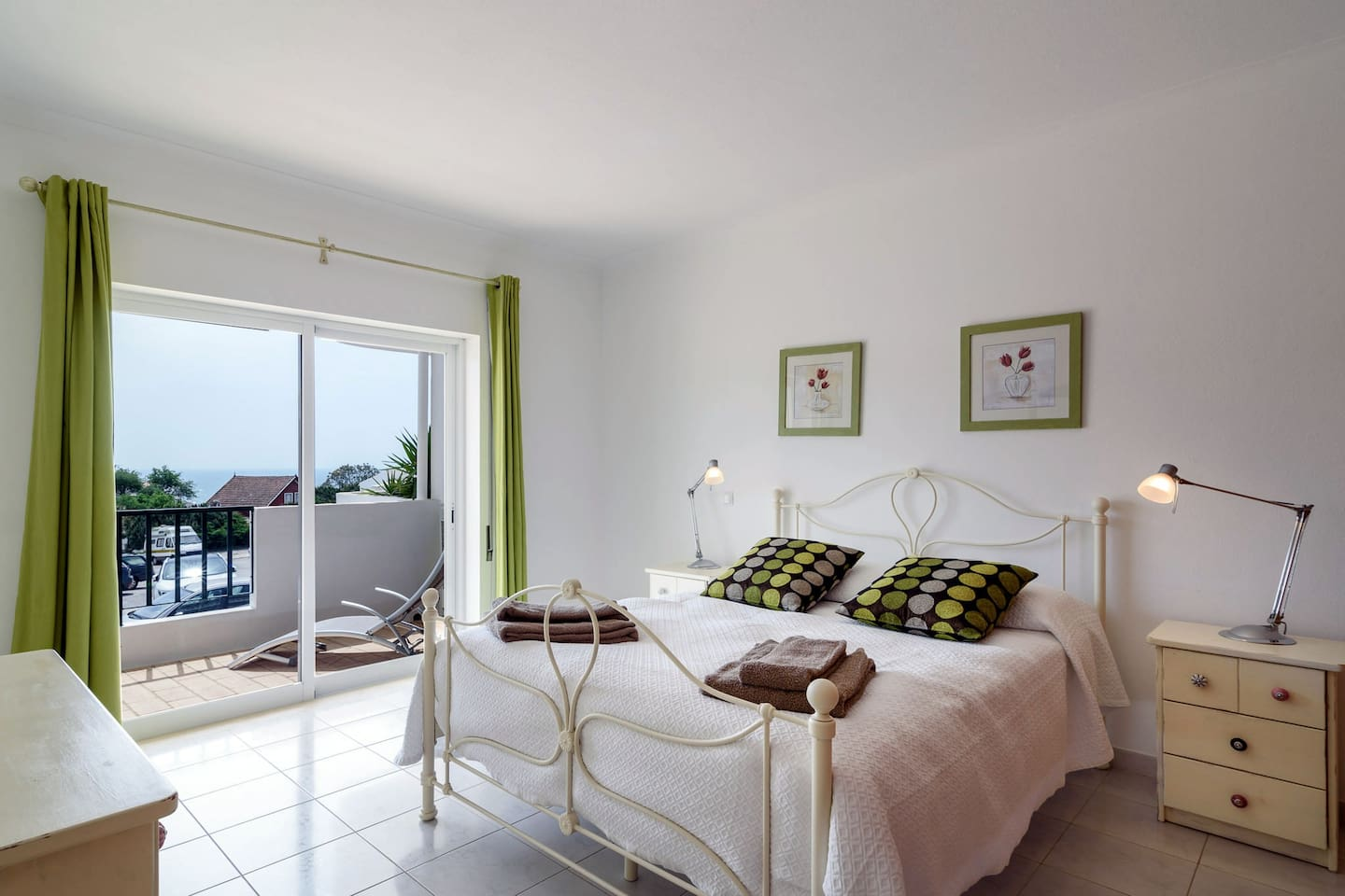 Main bedroom with access to the balcony and sea view