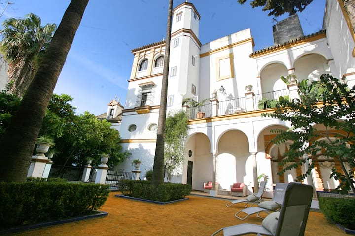Luxury Villa with Pool and Private Gardens, Center - Sevilla - Villa