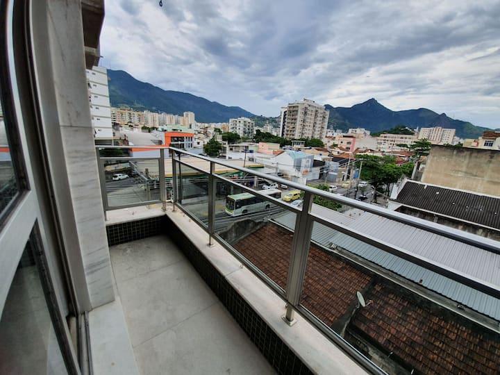 Apto completo na Tijuca com varanda e garagem