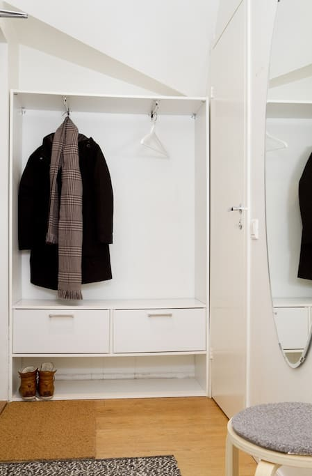 Here you can leave your shoes and jackets, door to the bathroom on the right.