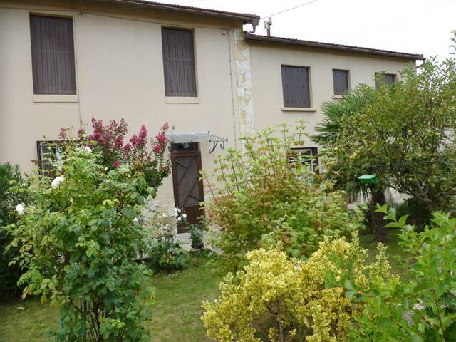 maison de village avec jardin arboré et terrasse - Espéraza - House