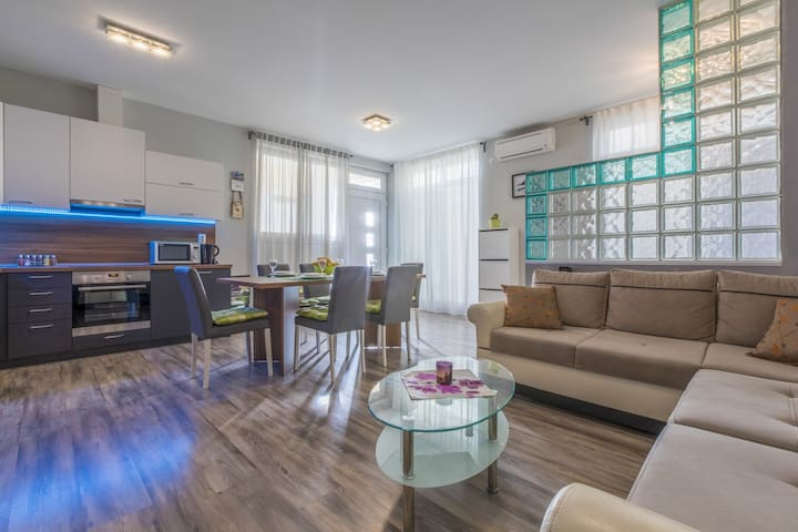 Well located apartment with 2 bedrooms, Wifi, TV
