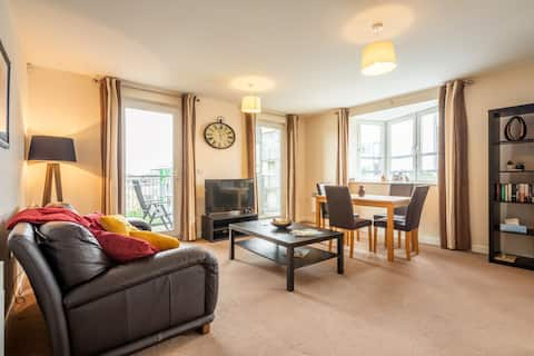 2 bed 2 bath flat with parking - 2 mins to station!
