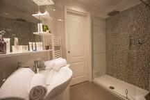 Magnifique salle de douches à l'italienne, aux matériaux de qualité....