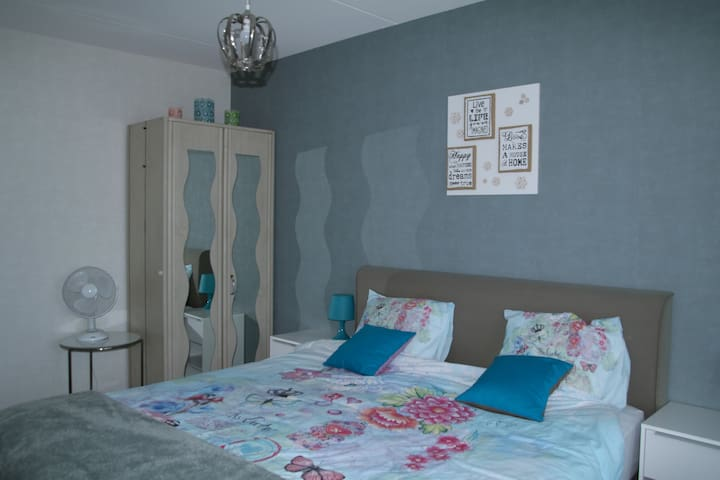 Slaapkamer 1. Boxspring van 180 breed. De kast in de kamer  kan worden gebruikt door de gasten.