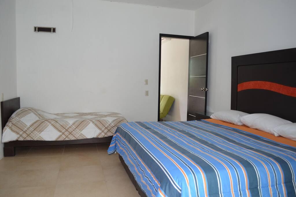 Tiene una cama King size + una cama individual con baño , televisión y a/c