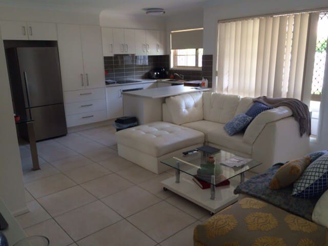 FRIENDLY  HOST AND IMMACULATE, 7 MINS to AIRPORT - Morningside - Apartamento