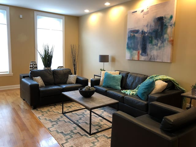 Vacation in an amazing Lincoln Park home