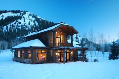 Beautiful Log Home: Walk to River, XCountry Skiing - Hailey