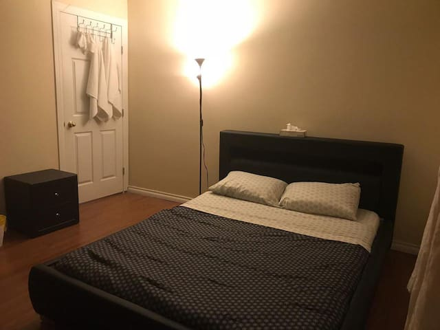 Queen Bed Close To Downtown(Main Floor/Room No. 5)