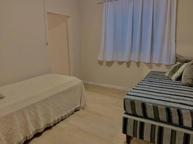 Quarto 3  Contém uma bicama + 1 cama e 2 colchões solteiro. Possui ventilador.