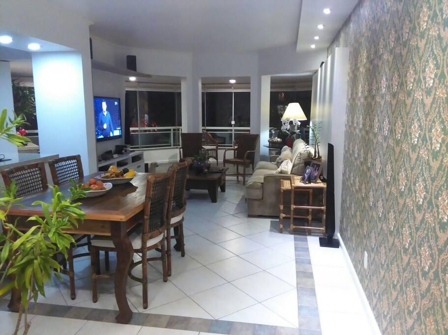 Ampla sala com móveis confortáveis e de qualidade.