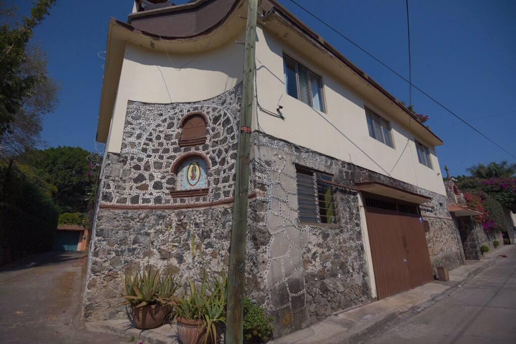 CASA: Fachada de la hermosa y céntrica casa en renta (vista desde Privada).