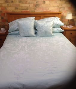 Converted Barn sleeps 2 - Bedford - Cabin