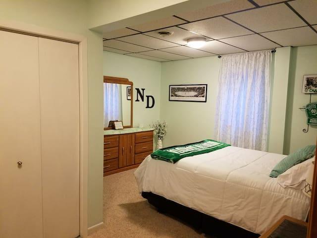 Queen bed in ND theme bedroom.
