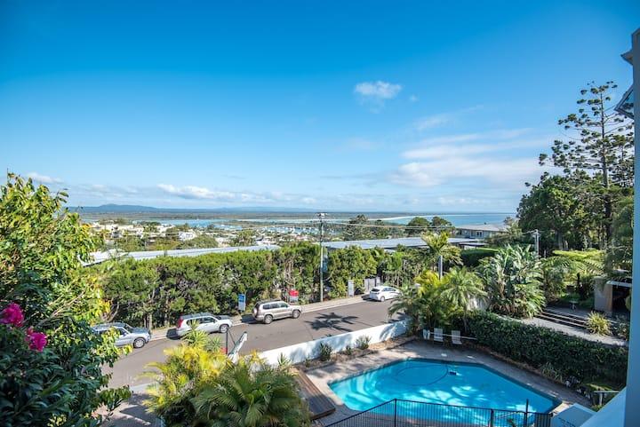 """The Outlook"" Views, Pool & Walk to Main Beach"