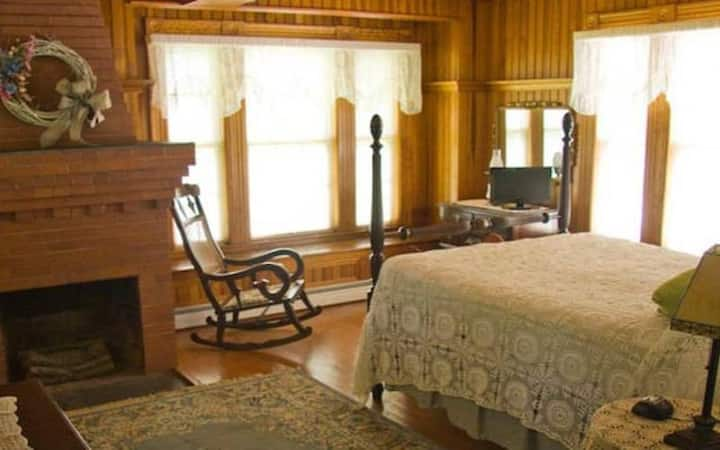 Ruggiero Room 5 · Lake Winnipesaukee Historic Inn at Smith Cove-5
