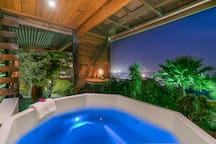 Hot tub/jacuzzi with breathtaking views of Knysna town and Knysna Lagoon.