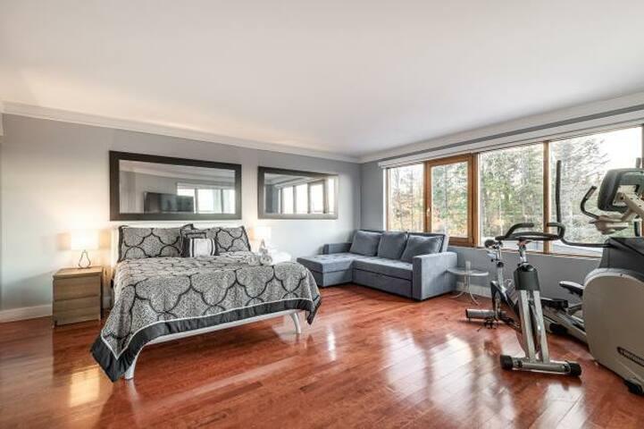 Sofa lit avec possibilité de 3 dimensions : ▪︎Lit simple ▪︎Lit Queen ▪︎Lit King  Literie complète rangé en dessous de la section de rangement du sofa : ▪︎Oreillers  ▪︎Protège matelas ultra douillet  ▪︎Ensemble de draps complet ▪︎Couette de lit chaude