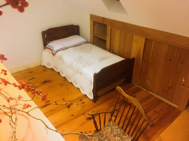 Cozy/Clean/Homey/Room in Centre MA - Shutesbury