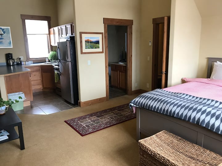 Cozy, studio Apt, 5 minutes from downtown CB