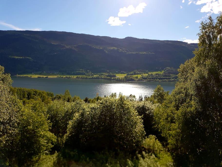 utsikt fra hagen ned mot Gudbransdalslågen.