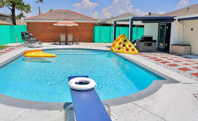 NOLA HOUSE WITH HUGE POOL, 15 MINS TO BOURBON ST !