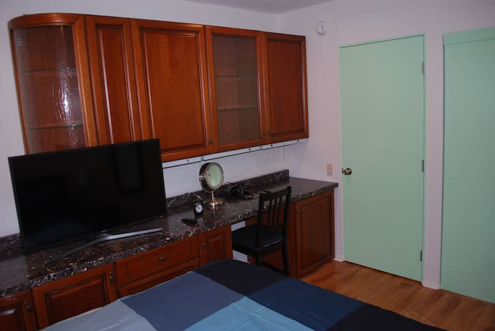 Green Room/ luxury condo/ all new/ TV/near freeway
