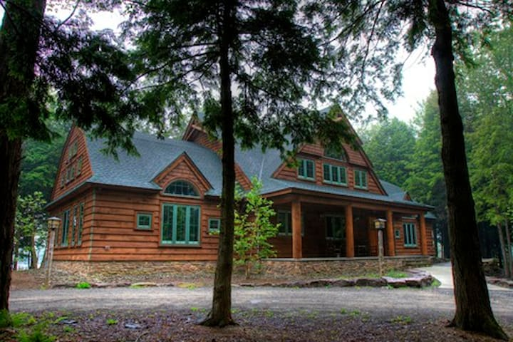 4100 sf Cabin on 15 acre private lake - Thompson - House