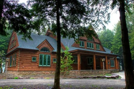 4100 sf Cabin on 15 acre private lake - Thompson - Rumah