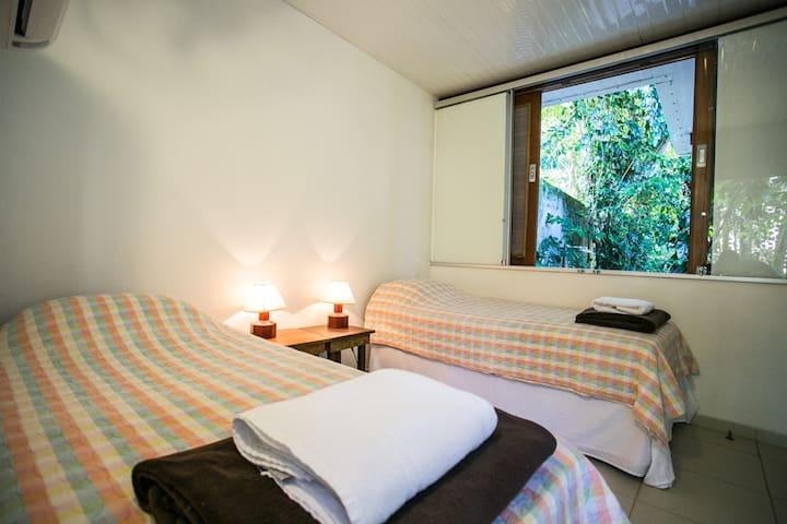 Também há opção de camas de solteiro