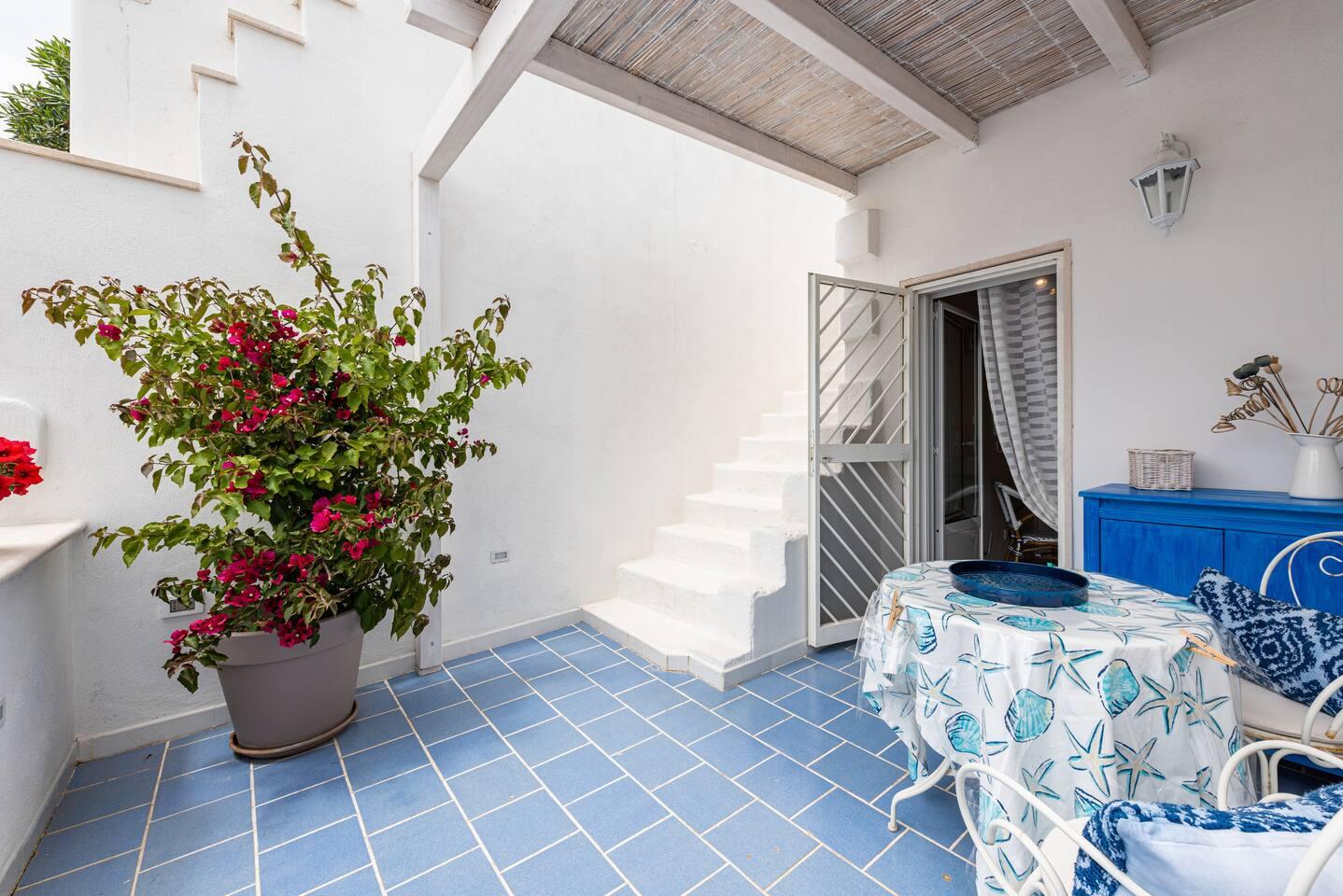 """La terrazzina nel blu e la scala per raggiungere il """"solarium vista mare"""" con lettini e doccia esterna!"""