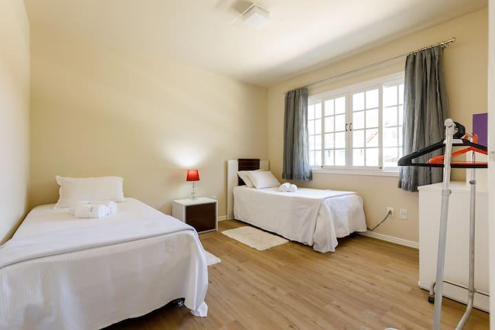 Quarto 2 - 2 cama box solteiro, com 1 auxiliar pequena ( 3 leitos) ar condicionado
