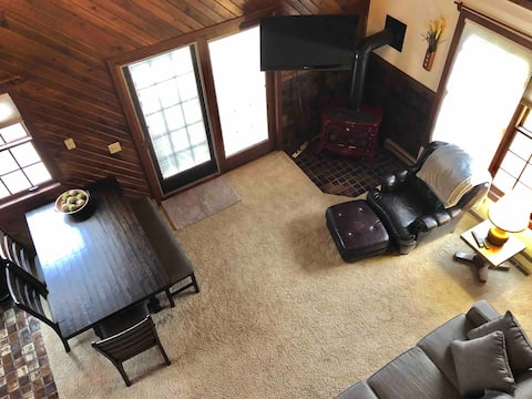 Cozy 2-bedroom loft cabin with fireplace and deck