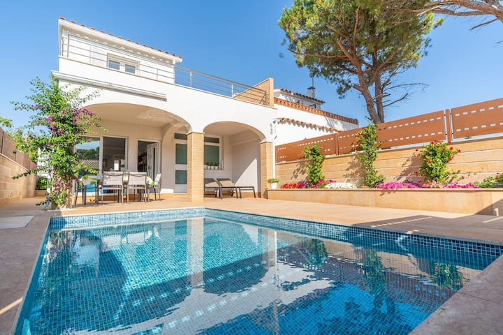 Bruna: Beautiful house with private pool located in a quiet area
