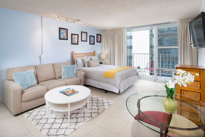 PRIME Waikiki FREE Parking Full kitchen & Laundry!