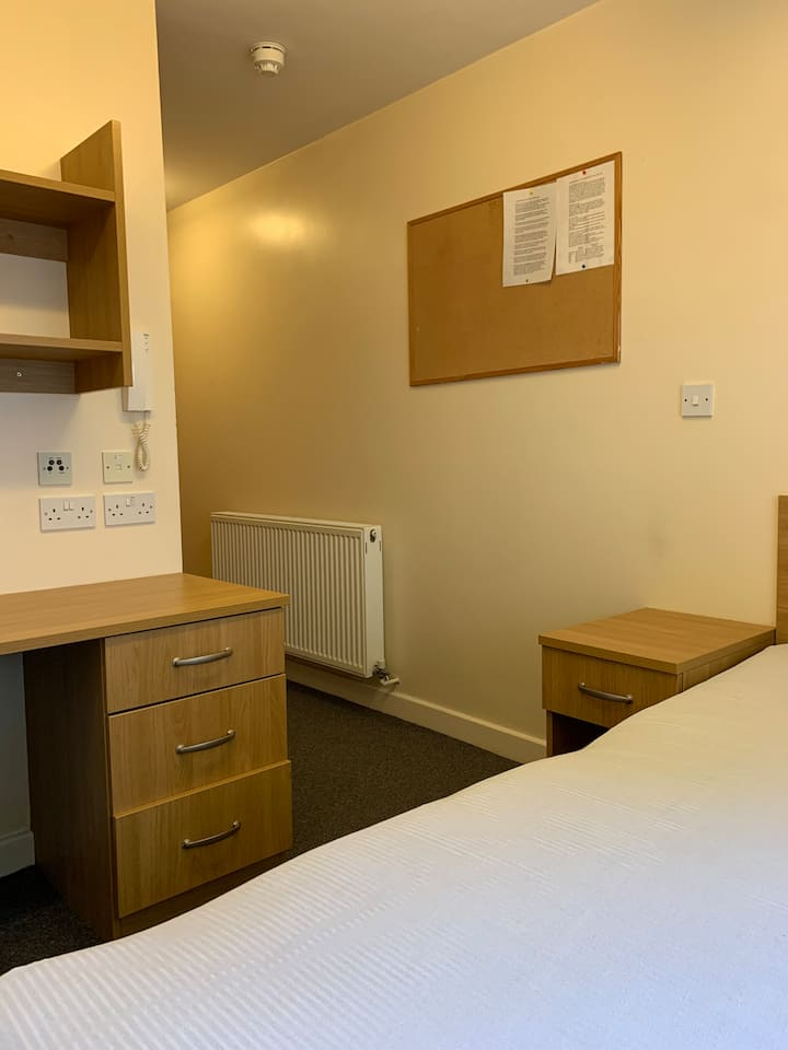 Compact En-Suite Room next to Victoria Park