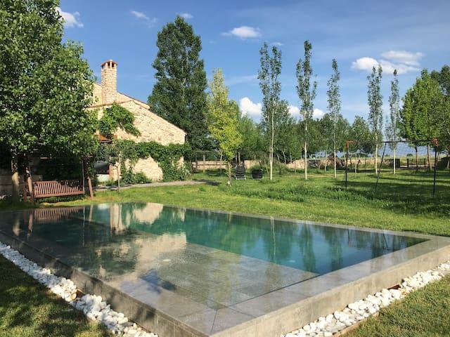 EL GIRASOL . Moderna casa rural con piscina.