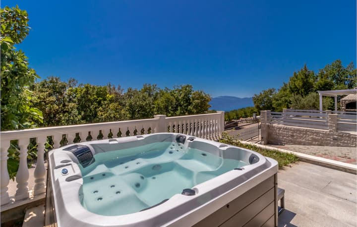 Awesome home in Smrika with Jacuzzi and 3 Bedrooms