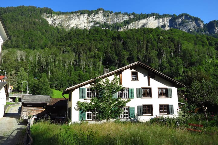 Ferien in 400-jährigem Glarnerhaus