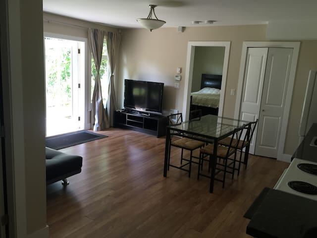 ONE BEDROOM SUITE CLOSE TO OCEAN AND MOUNTAINS - North Vancouver - House