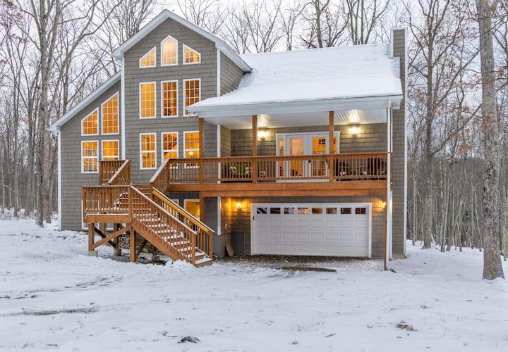 Spacious Luxury Masthope Mountain Home