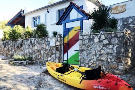 "Beach Cottage ""Lento"" & Boat House & Tandem Kayak"