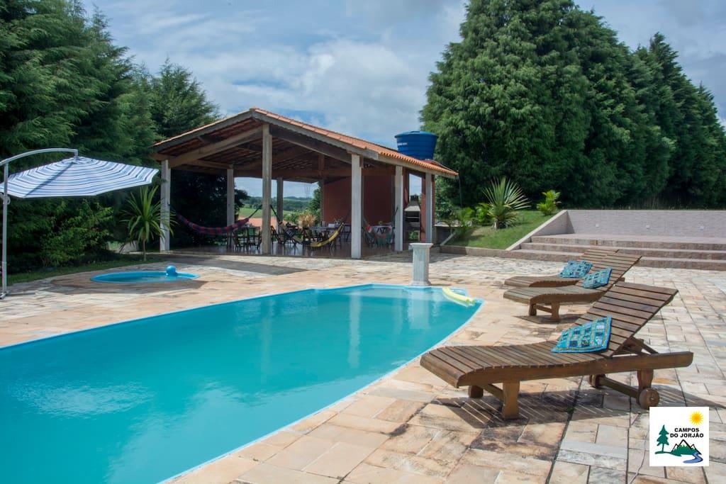 Curta os dias ensolarados à beira das piscinas.